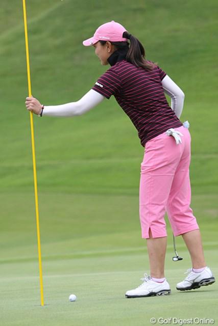 2009年 ヨネックスレディスゴルフトーナメント最終日 服部真夕 パー4のセカンドショット。ピンにあたったが惜しくも入らず
