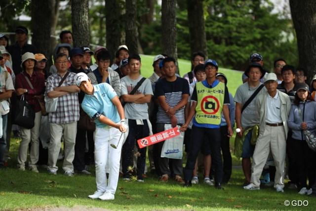石川遼、4番ホールの第3打のアプローチは手前のバンカーへ…