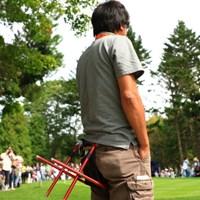 お尻に椅子を装着。ありかも。 2016年 ANAオープンゴルフトーナメント 3日目 カメラマン
