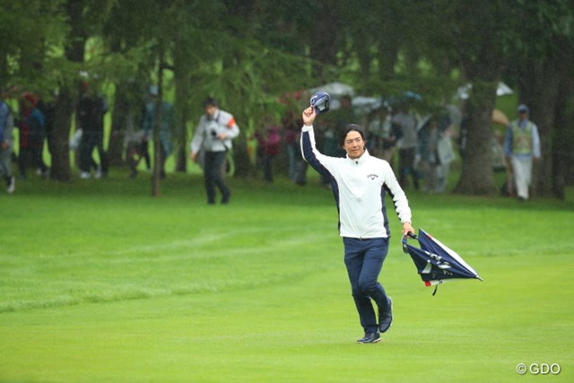 4番、大歓声のギャラリーに手を振って応える石川遼