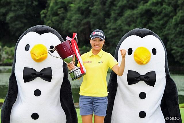 ペンギンちゃんに囲まれてのカップ写真は、今大会のお約束