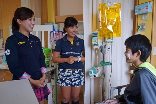 宮城県立こども病院を慰問した香妻琴乃(左)と青木瀬令奈※大会提供