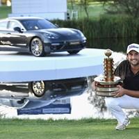 笑顔でカップを持つレビ。2年ぶりの優勝に酔いしれた(Stuart Franklin/Getty Images) 2016年 ポルシェ ヨーロピアンオープン 最終日 アレクサンダー・レビ