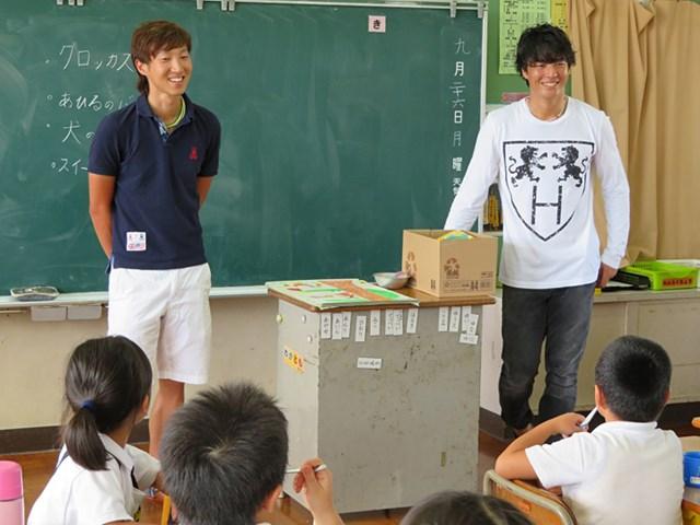 熊本県にある小学校を訪問し、スナッグゴルフなどで交流した石川遼と重永亜斗夢(提供:JGTO)