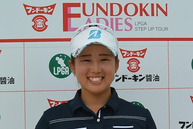 茨城県出身のルーキー照山亜寿美は首位に並び、笑顔で最終日を迎える ※大会提供写真