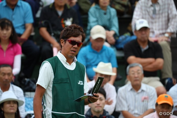 「えー、今日までの利子がかなり溜まってますぜ」 2016年 日本女子オープンゴルフ選手権競技 初日 城間絵梨のキャディ