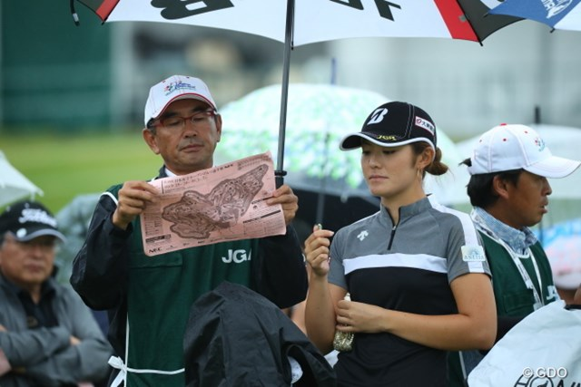 2016年 日本女子オープンゴルフ選手権競技 初日 渡邊彩香 まるで朝の新聞を読むオーラを出すキャディ。