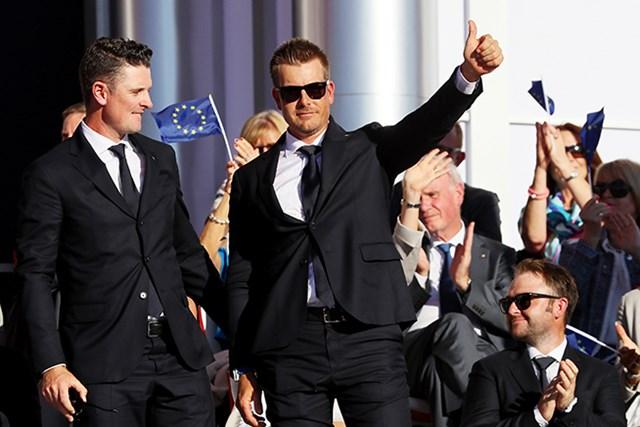 オープニングセレモニーで欧州選抜の第1組として紹介を受けるローズ(写真左)とステンソン (Andrew Redington/Getty Images)