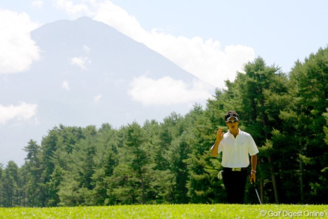 富士山をバックにバーディ発進! 単独首位で最終日に挑む石川遼