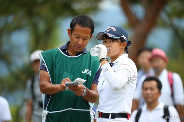 ドリンキングからのカメラ目線。 2016年 日本女子オープンゴルフ選手権競技 3日目 長野未祈