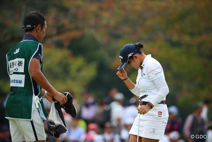何度も何度も帽子をさわって観客の声援に応えていた。 2016年 日本女子オープンゴルフ選手権競技 3日目 長野未祈