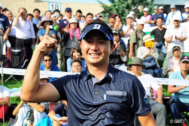 昨年の関西オープンに続く2勝目を挙げて、笑顔でガッツポーズ。