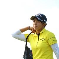 今日もしっかり砂袋を肩にかけて。 2016年 日本女子オープンゴルフ選手権競技 最終日 長野未祈