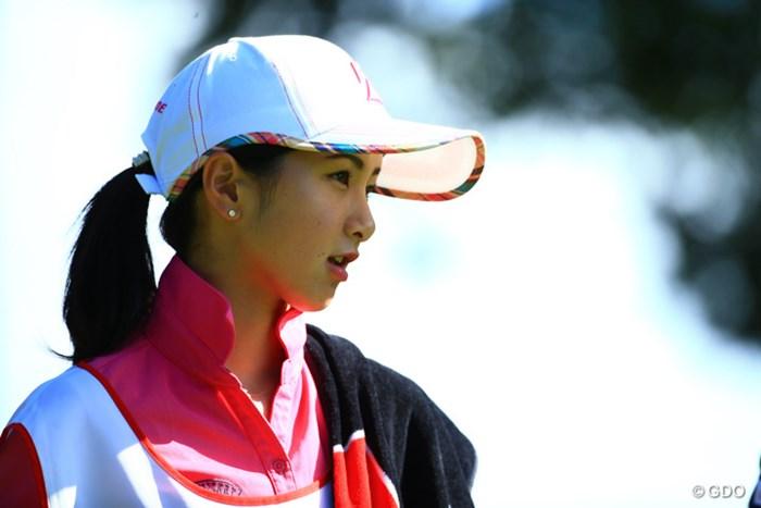 女性の写真を2 2016年 HONMA TOURWORLD CUP AT TROPHIA GOLF 初日 近藤共弘選手のキャディー