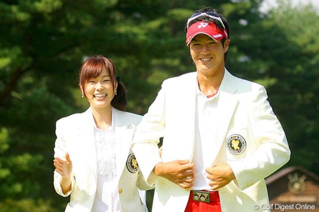 2009年 フジサンケイクラシック 最終日 石川遼 本田朋子アナにチャンピオンブレザーを贈呈され、満面の笑み