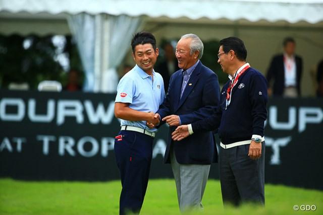 9ホールのプレーオフを制し今季2勝目をマークした池田勇太は青木功JGTO会長と握手を交わした