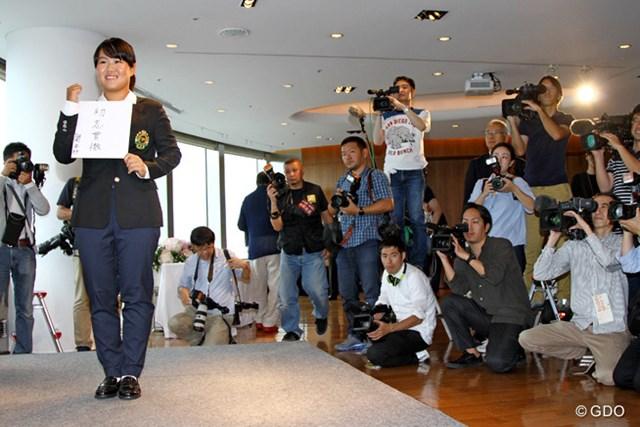 色紙に書いた抱負は『初志貫徹』。プロとなった畑岡奈紗は世界での活躍を誓った