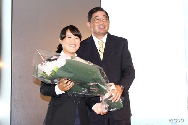 師事する中嶋常幸に大きな花束を手渡される畑岡奈紗。プロとしての第1歩を歩みだした