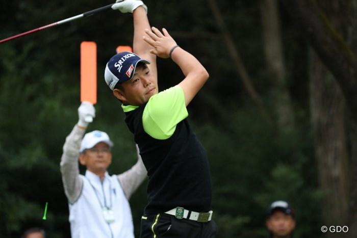 後ろの人の真似かな? 2016年 日本オープンゴルフ選手権競技 初日 小池一平