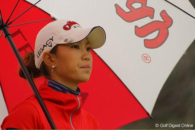 冷たい風と雨。それに思うようにスコアも伸ばせず、上田の表情も曇りがちだった。