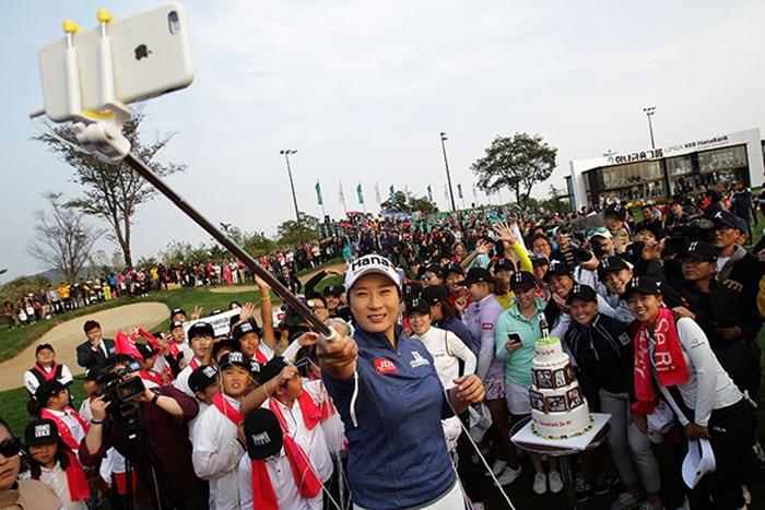 引退式の最後は仲間たちとともに自撮り棒で撮影。野村敏京をはじめ朴セリを慕う後輩は多かった(Chung Sung-Jun/Getty Images) 2016年 LPGA KEB・ハナバンク選手権 初日 朴セリ