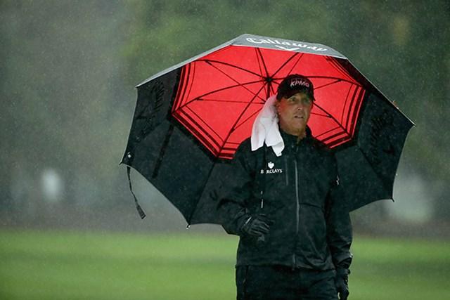 2日目は悪天候に見舞われた。「69」でホールアウトしたフィル・ミケルソン(Ezra Shaw/Getty Images)