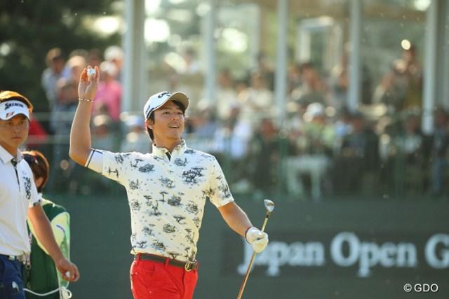 2016年 日本オープンゴルフ選手権競技 3日目 石川遼 最終ホールでチップインバーディ。ボールを拾い上げた石川遼は、ギャラリースタンドに投げ入れた