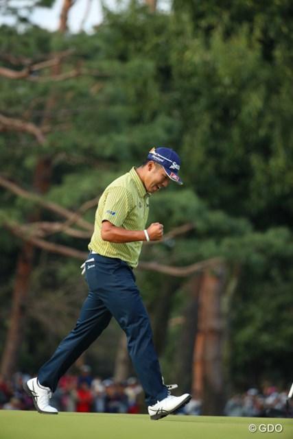 松山英樹は勝負を決定づけるバーディパットを決めると上げていた右手を振り下ろした