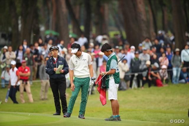 2016年 日本オープンゴルフ選手権競技 最終日 石川遼 サブグリーンにのってしまい競技委員を呼ぶ。なんでそのまま打たないんだろう。。。