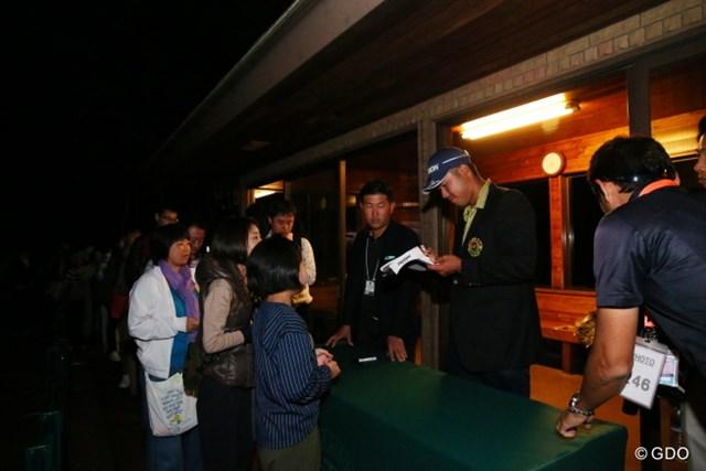 2016年 日本オープンゴルフ選手権競技 最終日 松山英樹 最終日も30分以上、ギャラリーの求めに応じてサインを続けた松山英樹
