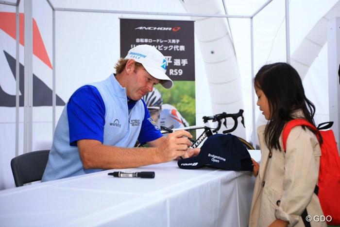 米ツアーの選手のファンサービスには感心するばかりです。 2016年 ブリヂストンオープンゴルフトーナメント 3日目 ブラント・スネデカー