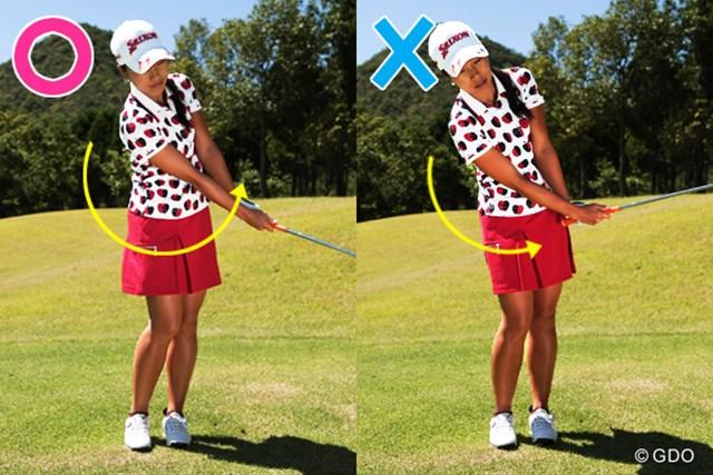 右側×は腰の回転が途中で止まり、手だけで打ちにいっている