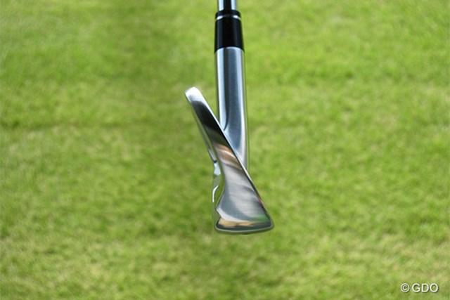 本間ゴルフ TW737 Vs アイアン トウ側からみた画像