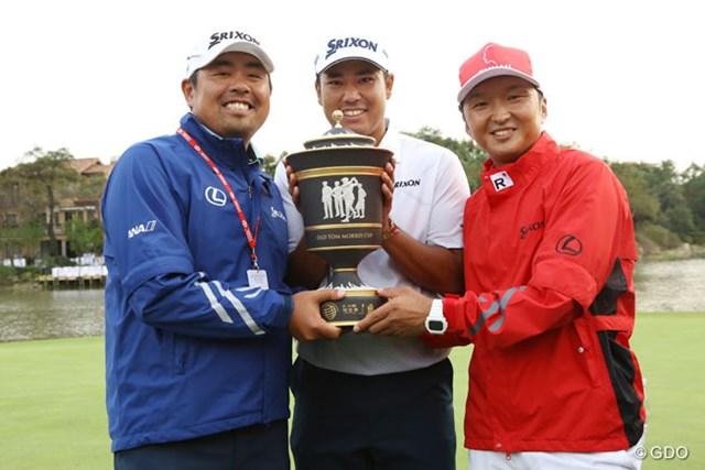 チーム松山。進藤大典キャディ(右)と飯田光輝トレーナー(左)
