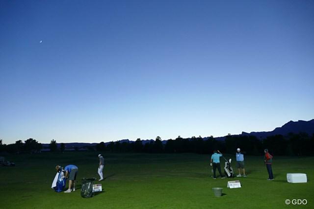 2016年 シュライナーズホスピタルforチルドレンオープン 初日 夕方 夕闇迫るなか、投光器を点けた練習場で練習をする選手たち