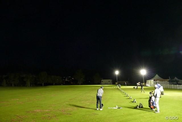 まだ日も出ない朝の練習場。石川遼は誰よりも早く打ち始めた