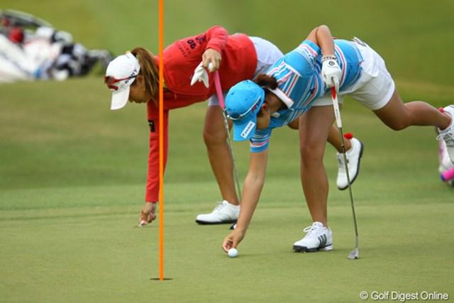 2009年 日本女子プロゴルフ選手権コニカミノルタ杯 2日目 諸見里しのぶと上田桃子 「昨日さぁ、一緒に曲打ちやったじゃん??今日は一緒にピッチマーク直しとボールマークね。せ~の。」