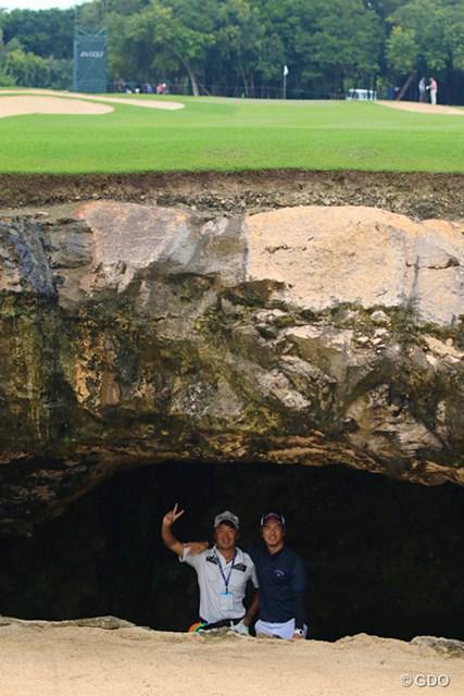 7番の穴の中で記念撮影。アゴというか、岩の厚さが分かりますか?