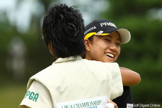 2009年 日本女子プロゴルフ選手権コニカミノルタ杯 2日目 原江里菜 ラウンド後、優勝でもしたかのようにキャディーさんと抱き合ってました。3試合振りにギリギリでの予選通過が、すごく嬉しかったのでしょう。