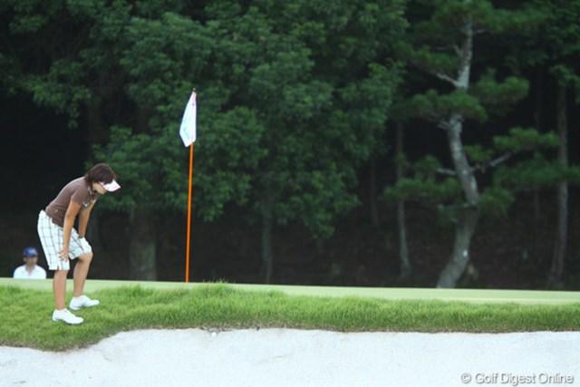2009年 日本女子プロゴルフ選手権コニカミノルタ杯 2日目 茂木宏美 バンカーの顎にボールが突き刺さりました。この後、プロはどのような行動をするでしょうか?