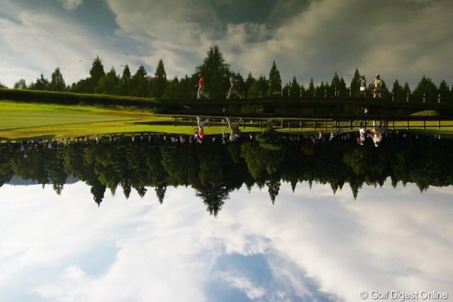 2009年 日本女子プロゴルフ選手権コニカミノルタ杯 2日目 7番ホール もうひとつ問題です。この写真は、本当はどちらが上下か分かりますか?正解は、写真を逆さまにしてあります。上が池の水面で、下が空になってるんです。