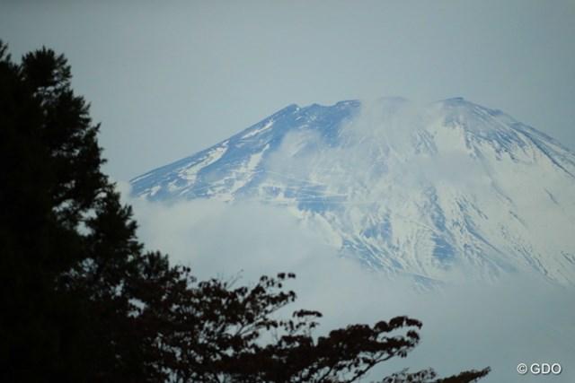2016年 三井住友VISA太平洋マスターズ 初日 富士山 今日は曇り空の隙間からチラチラと姿を見せていた。