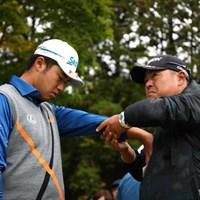 飯田光輝トレーナーに腕をほぐしてもらう松山英樹。「健康です」と言うが、その状態は? 2016年 三井住友VISA太平洋マスターズ 2日目 松山英樹