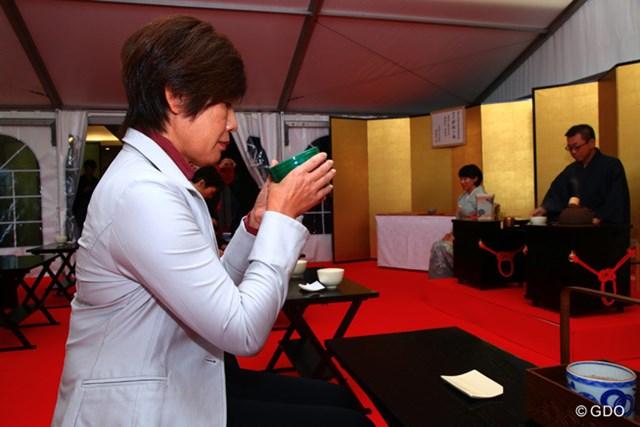 2016年 伊藤園レディスゴルフトーナメント 初日 塩谷育代 お呈茶のおもてなしを体験した伊藤園所属の塩谷育代プロ※大会提供