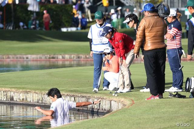 投げ渡したはずのボールは池へ…キャディの大捜索も実らず2罰打となった