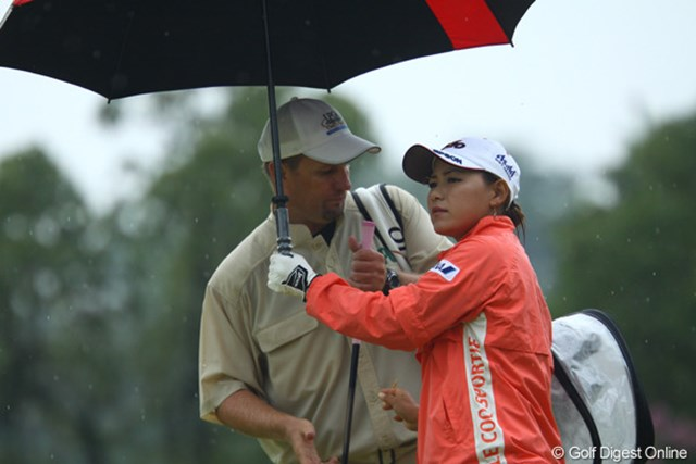 激しい雨を前に、横峯の追撃も勢いを無くしてしまった。