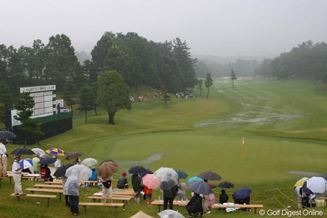 長く降り続いた雨、落雷の接近など、今日は2度のプレー中断がありました。18番ホールもこの有り様。でも、岐阜関CCの水捌けの良さには驚かされました。普通のゴルフ場なら、もっと早くコースコンディション不良で中断してたと思います。