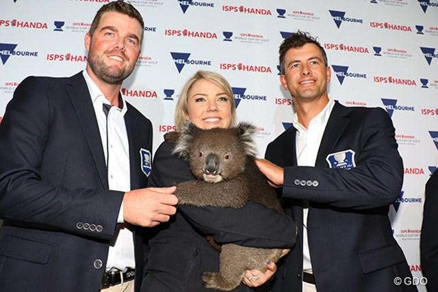開幕前のセレモニーでコアラと触れ合うレイシュマン(左)とスコット