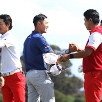 ホールアウト時の挨拶。松山はダニー・リーと手を合わせて健闘を讃えあった 2017年 ISPSハンダ ゴルフワールドカップ 初日 石川遼 松山英樹