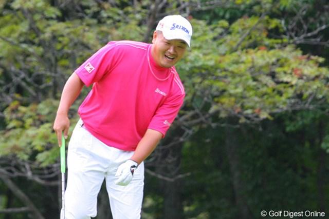 小田孔明 最終9番パー5でのイーグルパットがカップの横からコロっと入り嬉しそうな小田孔明